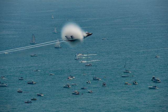 """Video: Màn nhào lộn mãn nhãn của """"quái điểu thống trị bầu trời Trung Đông"""" F-35 - Ảnh 5"""
