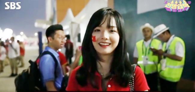 """Nữ cổ động viên xinh đẹp của Việt Nam """"gây sốt"""" khi xuất hiện trên truyền hình Hàn Quốc - Ảnh 1"""