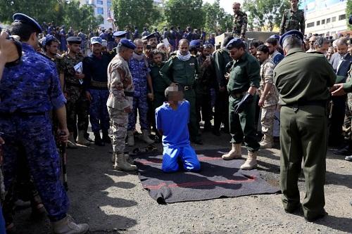 Ám ảnh cảnh 3 kẻ ấu dâm bị bắn chết và treo xác trên cần cẩu ở Yemen - Ảnh 1