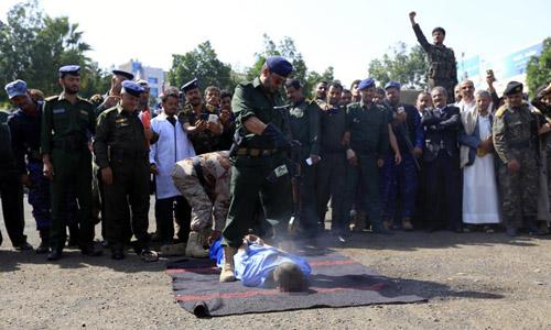 Ám ảnh cảnh 3 kẻ ấu dâm bị bắn chết và treo xác trên cần cẩu ở Yemen - Ảnh 2