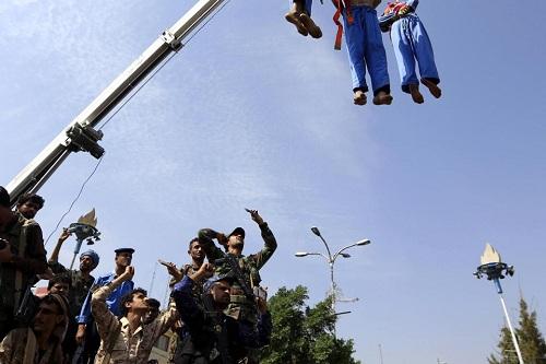 Ám ảnh cảnh 3 kẻ ấu dâm bị bắn chết và treo xác trên cần cẩu ở Yemen - Ảnh 3