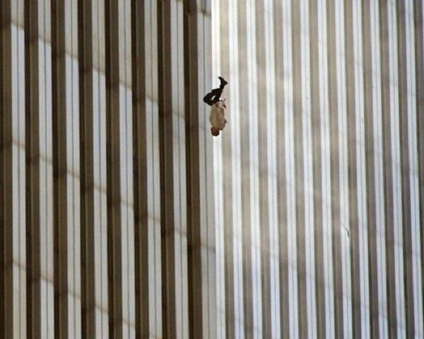 Vụ khủng bố 11/9: Những bức hình ám ảnh cả thế giới trong suốt 17 năm - Ảnh 5