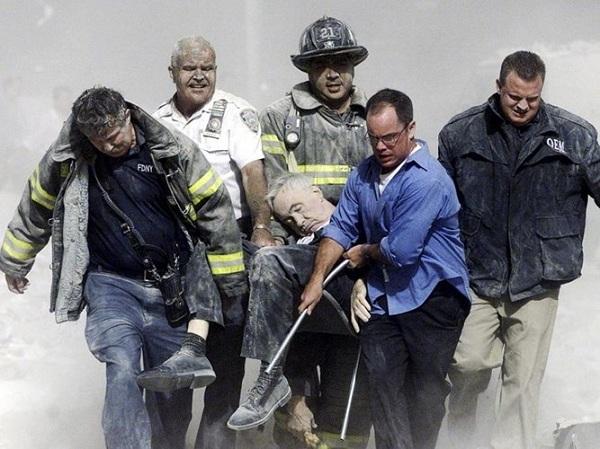 Vụ khủng bố 11/9: Những bức hình ám ảnh cả thế giới trong suốt 17 năm - Ảnh 10