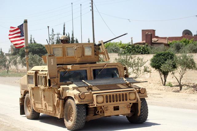 Lý giải việc Mỹ bất ngờ tập trận bắn đạn thật rầm rộ tại Syria - Ảnh 1