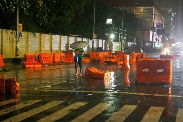 Siêu bão Mangkhut đổ bộ, Philippines gồng mình chống chọi - Ảnh 2