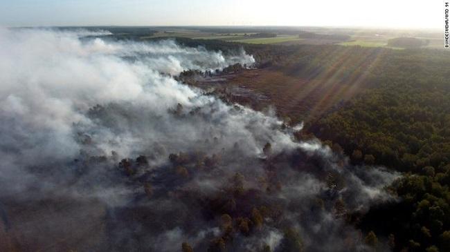 """Đội cứu hỏa """"vật lộn"""" với đám cháy rừng kéo dài suốt 3 tuần do Đức thử tên lửa - Ảnh 2"""