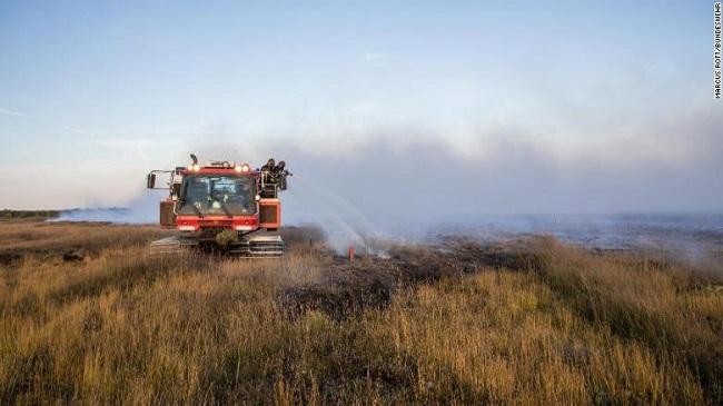 """Đội cứu hỏa """"vật lộn"""" với đám cháy rừng kéo dài suốt 3 tuần do Đức thử tên lửa - Ảnh 3"""