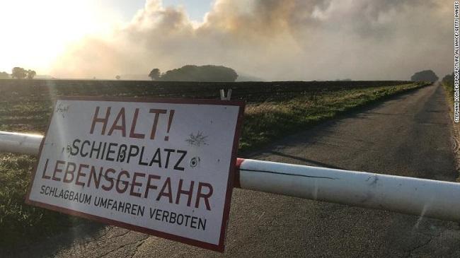 """Đội cứu hỏa """"vật lộn"""" với đám cháy rừng kéo dài suốt 3 tuần do Đức thử tên lửa - Ảnh 5"""