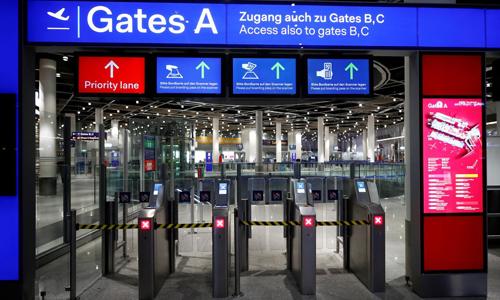 Gần 100.000 hành khách bị hoãn, hủy chuyến bay vì nhân viên an ninh đình công - Ảnh 1