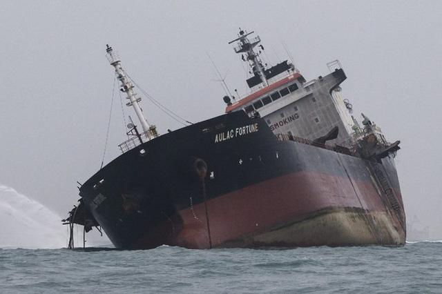 Vụ cháy tàu chở dầu Việt Nam: Hong Kong điều thợ lặn tinh nhuệ tới tìm kiếm thuyền viên mất tích - Ảnh 2