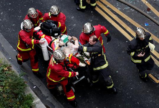 Vụ nổ lớn tại trung tâm Paris: 2 lính cứu hỏa thiệt mạng, số người bị thương tăng lên 47 - Ảnh 3