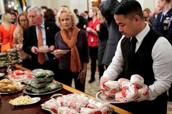 Tổng thống Trump đãi khách bằng đồ ăn nhanh tại Nhà Trắng vì chính phủ đóng cửa - Ảnh 1