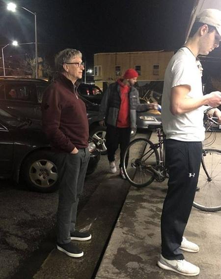 """Cư dân mạng """"phát sốt"""" vì hình ảnh tỷ phú Bill Gates xếp hàng mua đồ ăn nhanh giá rẻ - Ảnh 1"""