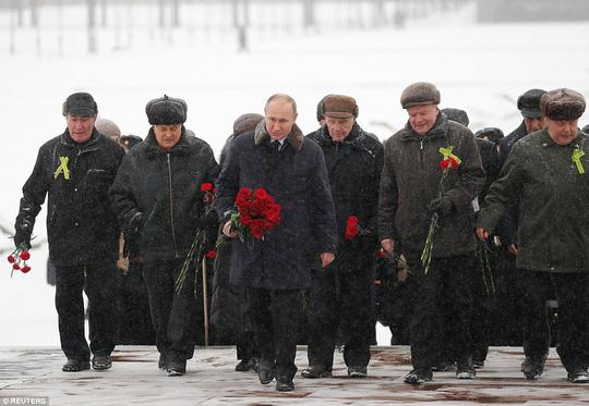 Video: Tổng thống Putin cởi trần, ngâm mình dưới hồ nước lạnh giá - Ảnh 1