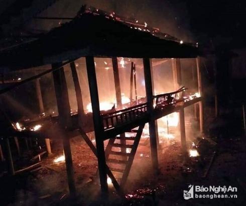 Chồng say rượu, phóng hỏa thiêu rụi căn nhà sàn 2 tầng - Ảnh 1