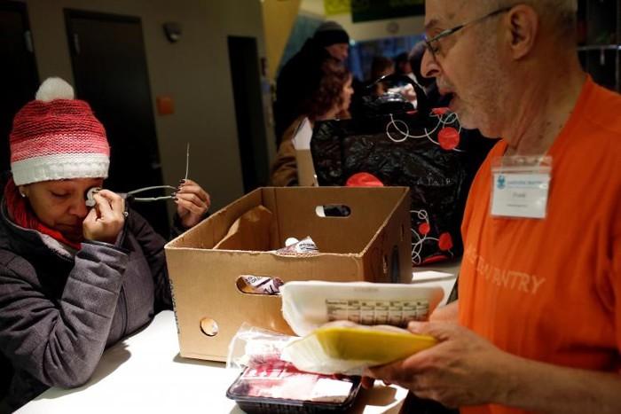 Chính phủ Mỹ đóng cửa: Hàng trăm nhân viên liên bang xếp hàng nhận cơm từ thiện - Ảnh 1
