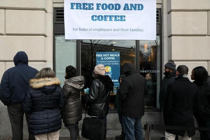 Chính phủ Mỹ đóng cửa: Hàng trăm nhân viên liên bang xếp hàng nhận cơm từ thiện - Ảnh 2