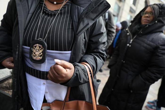 Chính phủ Mỹ đóng cửa: Hàng trăm nhân viên liên bang xếp hàng nhận cơm từ thiện - Ảnh 3