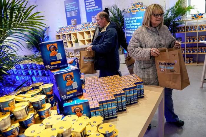 Chính phủ Mỹ đóng cửa: Hàng trăm nhân viên liên bang xếp hàng nhận cơm từ thiện - Ảnh 4