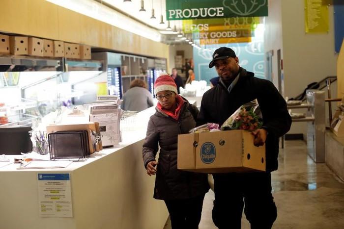 Chính phủ Mỹ đóng cửa: Hàng trăm nhân viên liên bang xếp hàng nhận cơm từ thiện - Ảnh 5