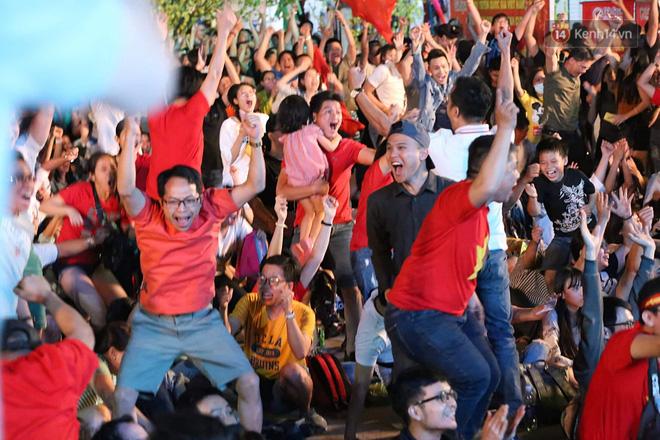 Hàng triệu CĐV vỡ òa hạnh phúc, đổ ra đường mừng đội tuyển Việt Nam lập kỳ tích tại Asian Cup 2019 - Ảnh 5