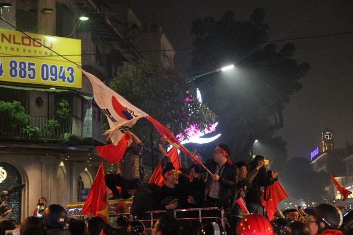 Hàng triệu CĐV vỡ òa hạnh phúc, đổ ra đường mừng đội tuyển Việt Nam lập kỳ tích tại Asian Cup 2019 - Ảnh 17
