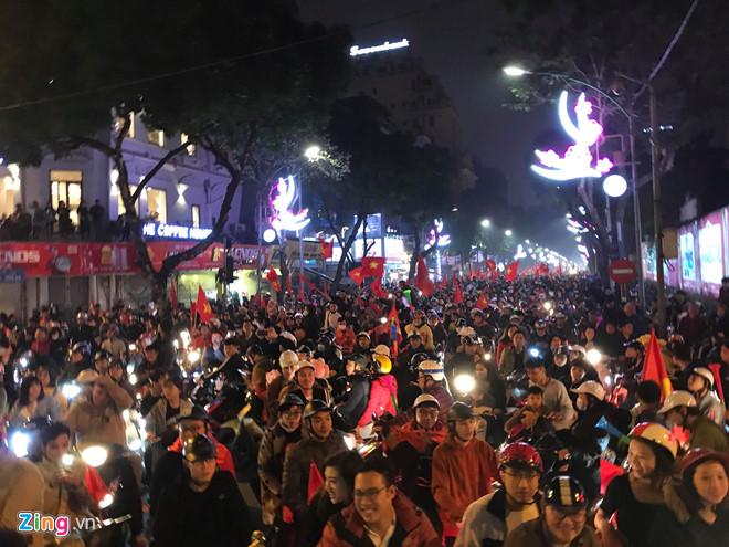 Hàng triệu CĐV vỡ òa hạnh phúc, đổ ra đường mừng đội tuyển Việt Nam lập kỳ tích tại Asian Cup 2019 - Ảnh 10
