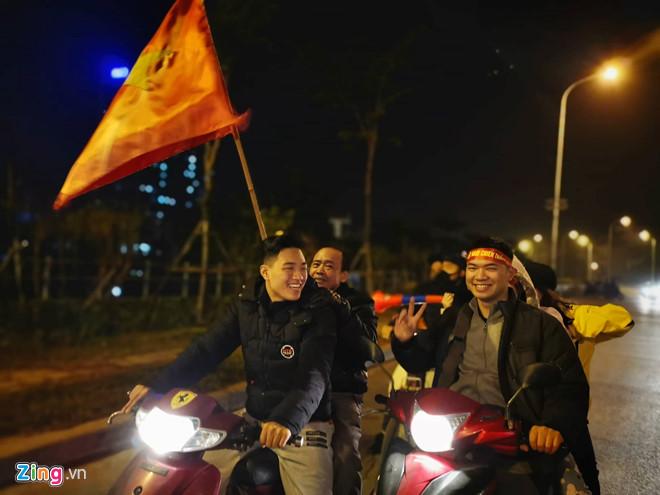 Hàng triệu CĐV vỡ òa hạnh phúc, đổ ra đường mừng đội tuyển Việt Nam lập kỳ tích tại Asian Cup 2019 - Ảnh 12