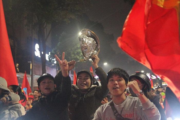 Hàng triệu CĐV vỡ òa hạnh phúc, đổ ra đường mừng đội tuyển Việt Nam lập kỳ tích tại Asian Cup 2019 - Ảnh 15