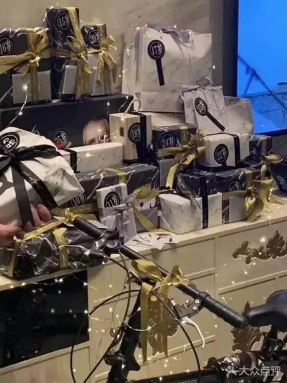 Đột kích CLB trai đẹp dành cho quý bà ở Thượng Hải: Chỉ trò chuyện, lương tháng hơn 270 triệu - Ảnh 2