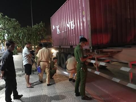 Người dân truy đuổi, bắt giữ tài xế xe container tông chết người rồi bỏ chạy  - Ảnh 2
