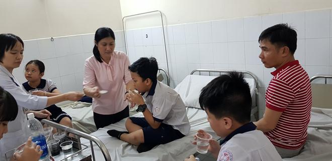 15 học sinh tiểu học nhập viện cấp cứu sau khi uống trà sữa - Ảnh 1
