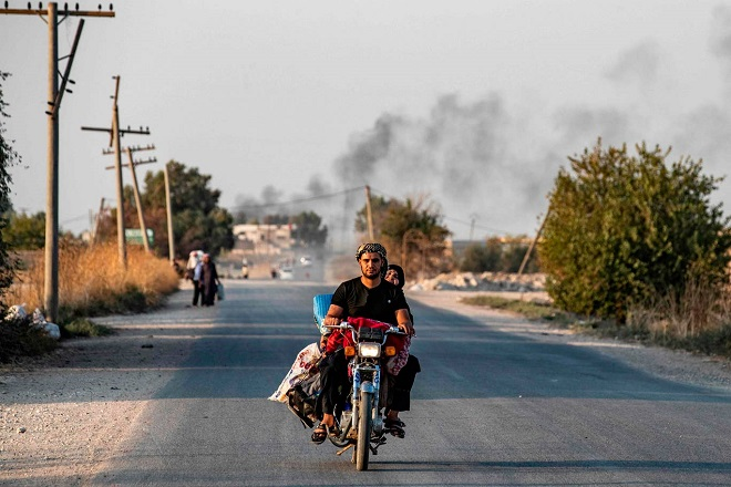 Xót xa cảnh người dân tại bắc Syria bỏ chạy khỏi đợt tấn công của Thổ Nhĩ Kỳ - Ảnh 10