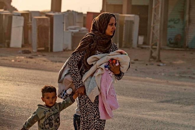 Xót xa cảnh người dân tại bắc Syria bỏ chạy khỏi đợt tấn công của Thổ Nhĩ Kỳ - Ảnh 2