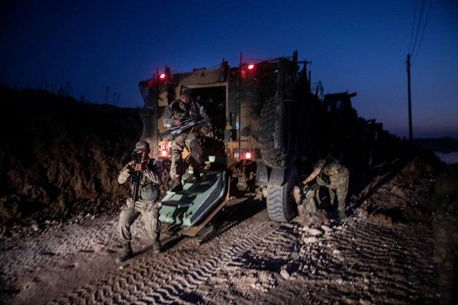 Xót xa cảnh người dân tại bắc Syria bỏ chạy khỏi đợt tấn công của Thổ Nhĩ Kỳ - Ảnh 3