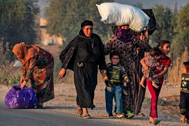 Xót xa cảnh người dân tại bắc Syria bỏ chạy khỏi đợt tấn công của Thổ Nhĩ Kỳ - Ảnh 4
