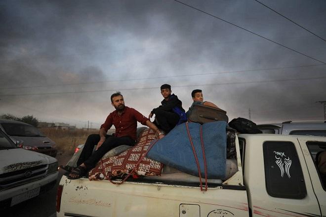 Xót xa cảnh người dân tại bắc Syria bỏ chạy khỏi đợt tấn công của Thổ Nhĩ Kỳ - Ảnh 7