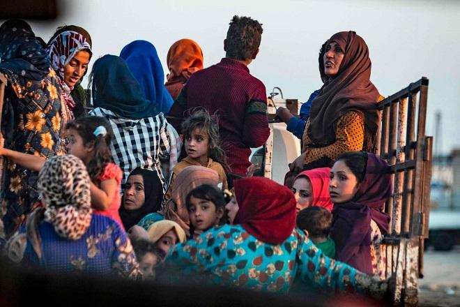 Xót xa cảnh người dân tại bắc Syria bỏ chạy khỏi đợt tấn công của Thổ Nhĩ Kỳ - Ảnh 8