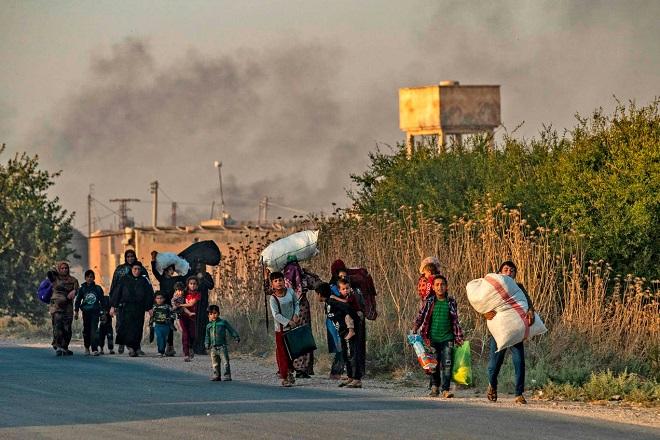 Xót xa cảnh người dân tại bắc Syria bỏ chạy khỏi đợt tấn công của Thổ Nhĩ Kỳ - Ảnh 9