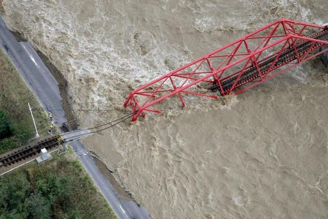 Khung cảnh tan hoang đến khó tin tại Nhật Bản sau khi siêu bão Hagibis đổ bộ - Ảnh 10
