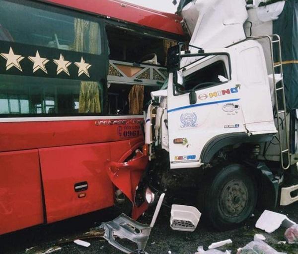 Nghệ An: Xe tải đối đầu xe khách 15 người thương vong - Ảnh 1