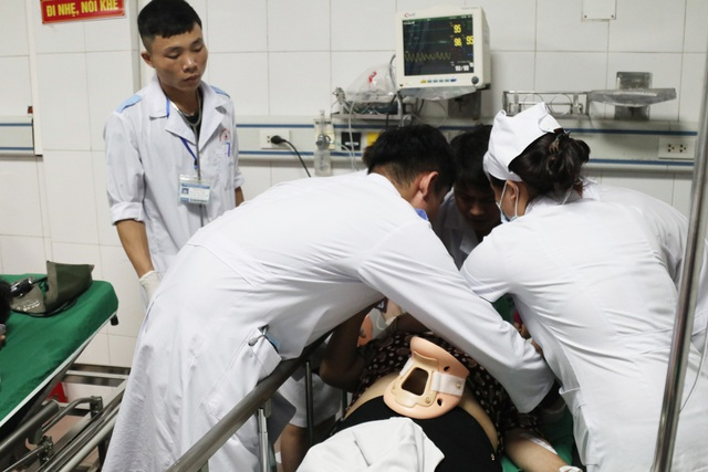 Nghệ An: Xe tải đối đầu xe khách 15 người thương vong - Ảnh 2
