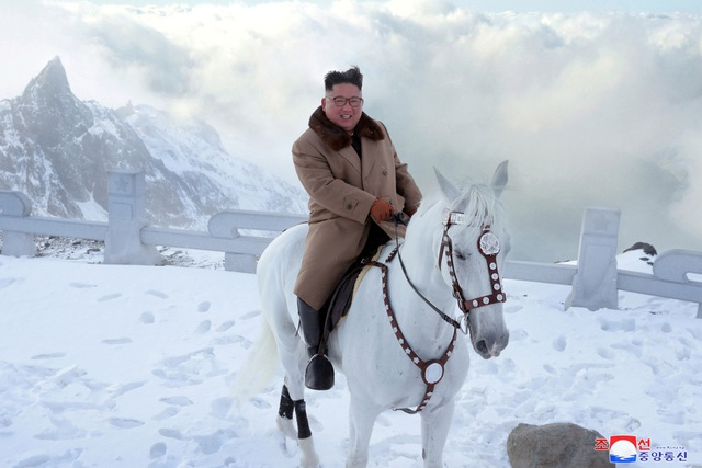 """Ông Kim Jong-un """"gây sốt"""" với bộ ảnh cưỡi bạch mã trên núi tuyết trắng xóa - Ảnh 1"""