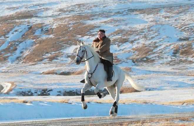 """Ông Kim Jong-un """"gây sốt"""" với bộ ảnh cưỡi bạch mã trên núi tuyết trắng xóa - Ảnh 4"""