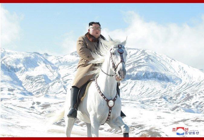 """Ông Kim Jong-un """"gây sốt"""" với bộ ảnh cưỡi bạch mã trên núi tuyết trắng xóa - Ảnh 5"""