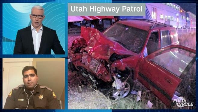 Nam cảnh sát Mỹ lao lên đường ray cứu tài xế thoát chết trong gang tấc - Ảnh 1