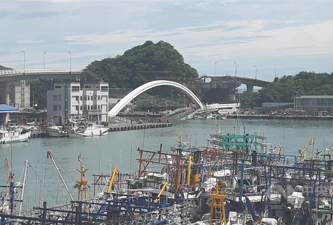 Kinh hoàng cầu 140m tại Đài Loan bất ngờ đổ sập, nhiều người mất tích - Ảnh 1