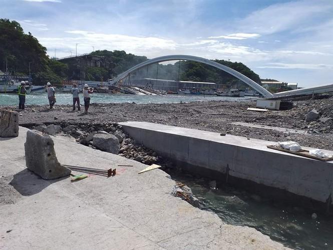Kinh hoàng cầu 140m tại Đài Loan bất ngờ đổ sập, nhiều người mất tích - Ảnh 3