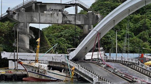 Kinh hoàng cầu 140m tại Đài Loan bất ngờ đổ sập, nhiều người mất tích - Ảnh 4