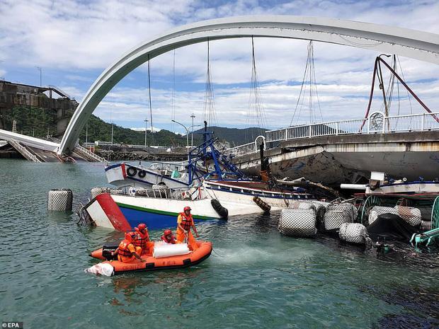 Kinh hoàng cầu 140m tại Đài Loan bất ngờ đổ sập, nhiều người mất tích - Ảnh 5